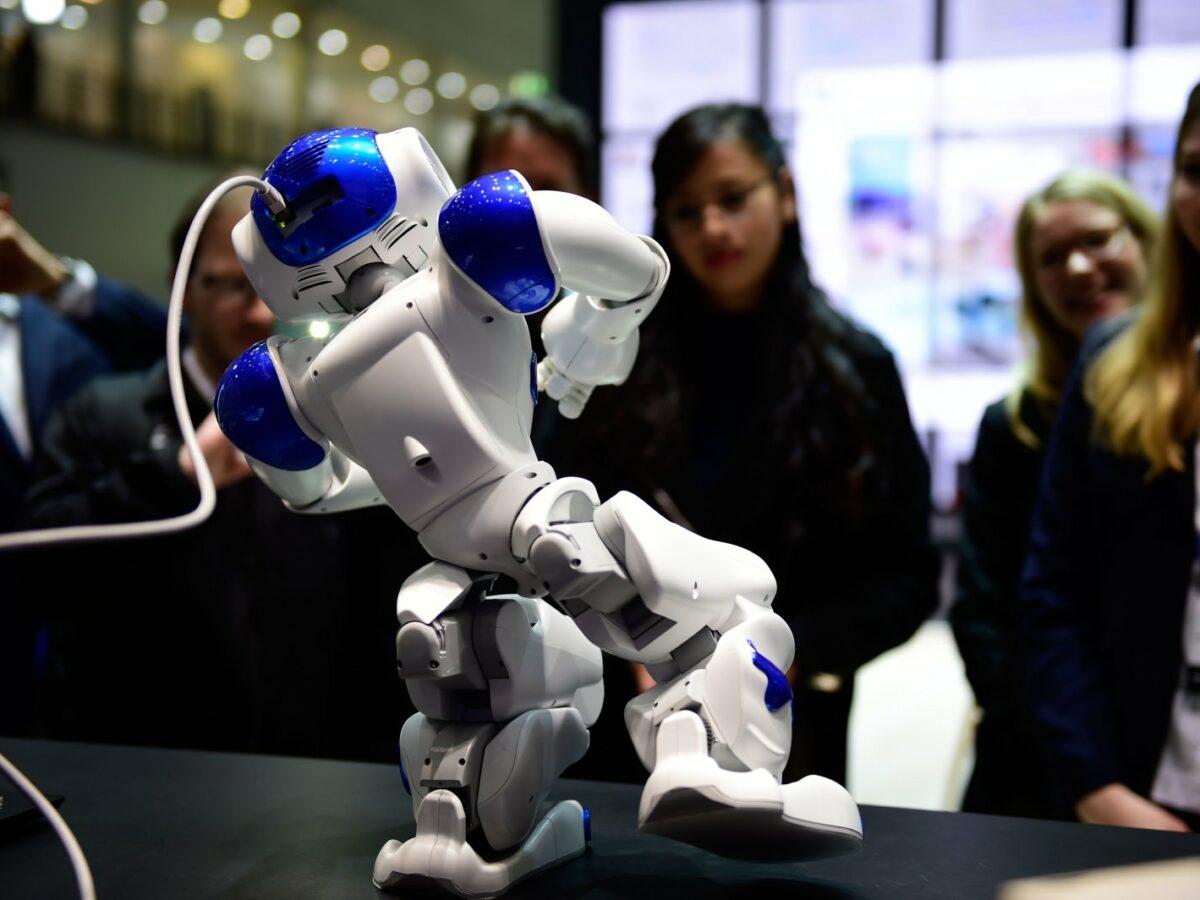 Ein Roboter tanzt auf der CeBIT