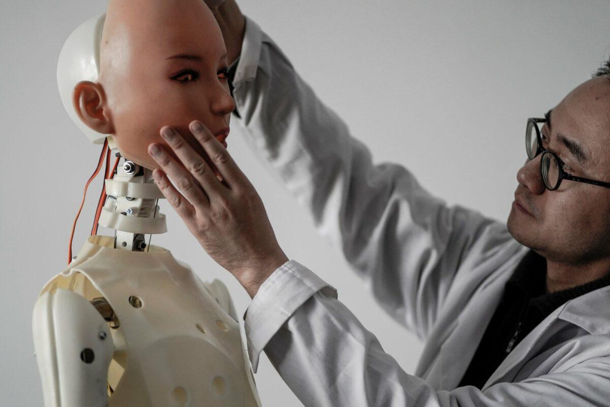 Mann setzt Roboter Gesicht auf