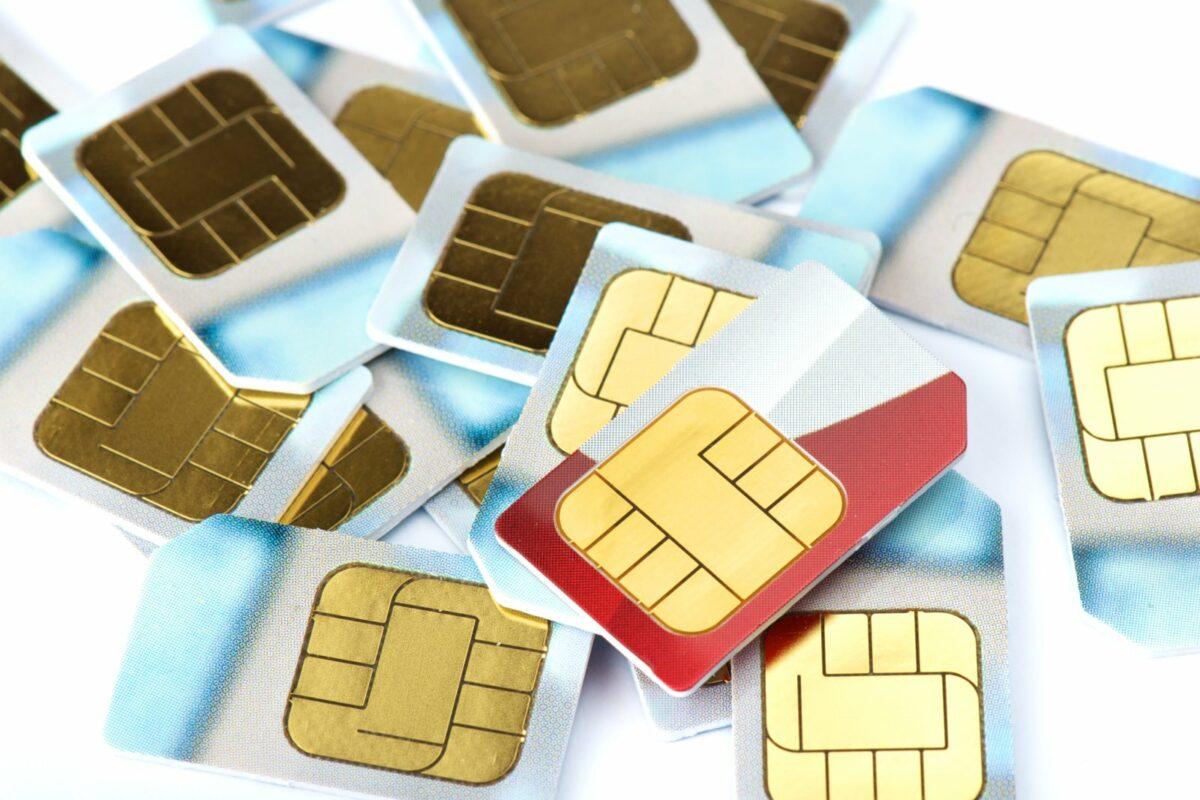 Viele SIM-Karten auf einem Haufen.