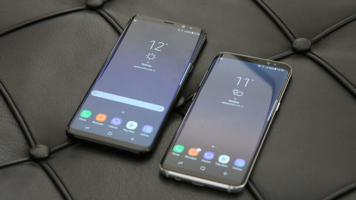 Zwei Samsung Smartphones liegen nebeneinander auf einem ledernen Untergrund.