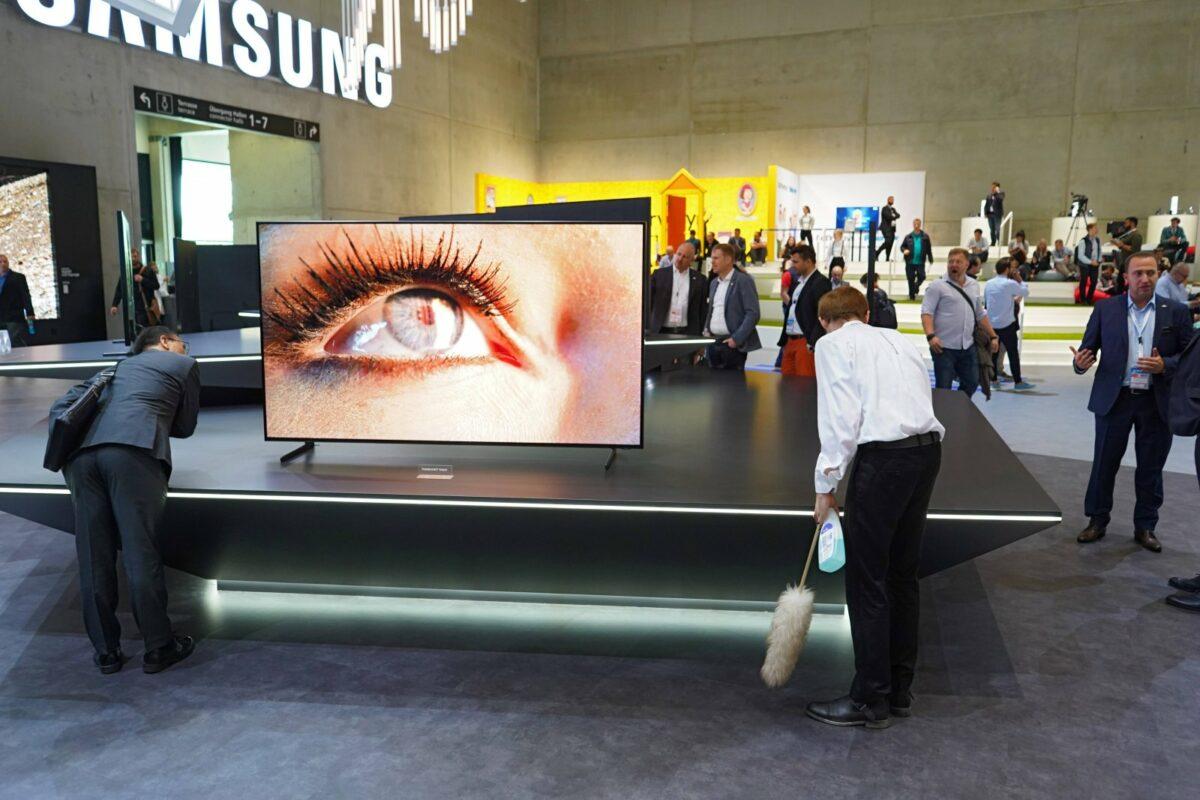 Samsung Smart-TV mit Bild von Auge auf Messe.