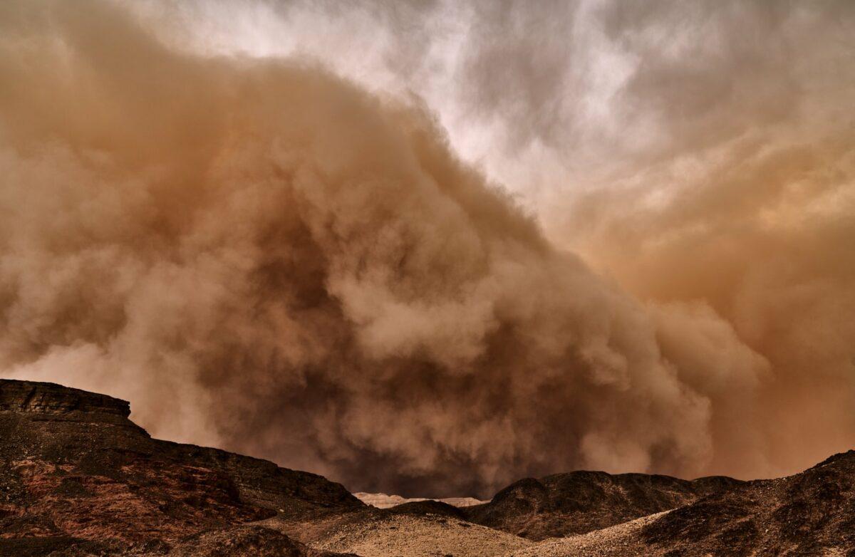 Ein Sandsturm in der Wüste.