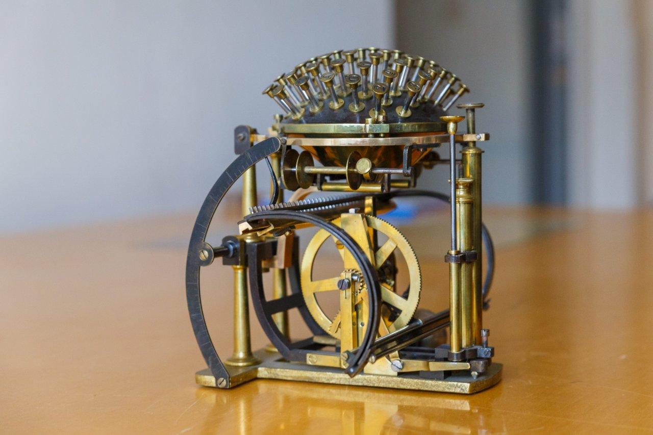 Die Schreibkugel erschien 1865. In den darauffolgenden Jahren wurde die Konstruktion weiter verbessert.