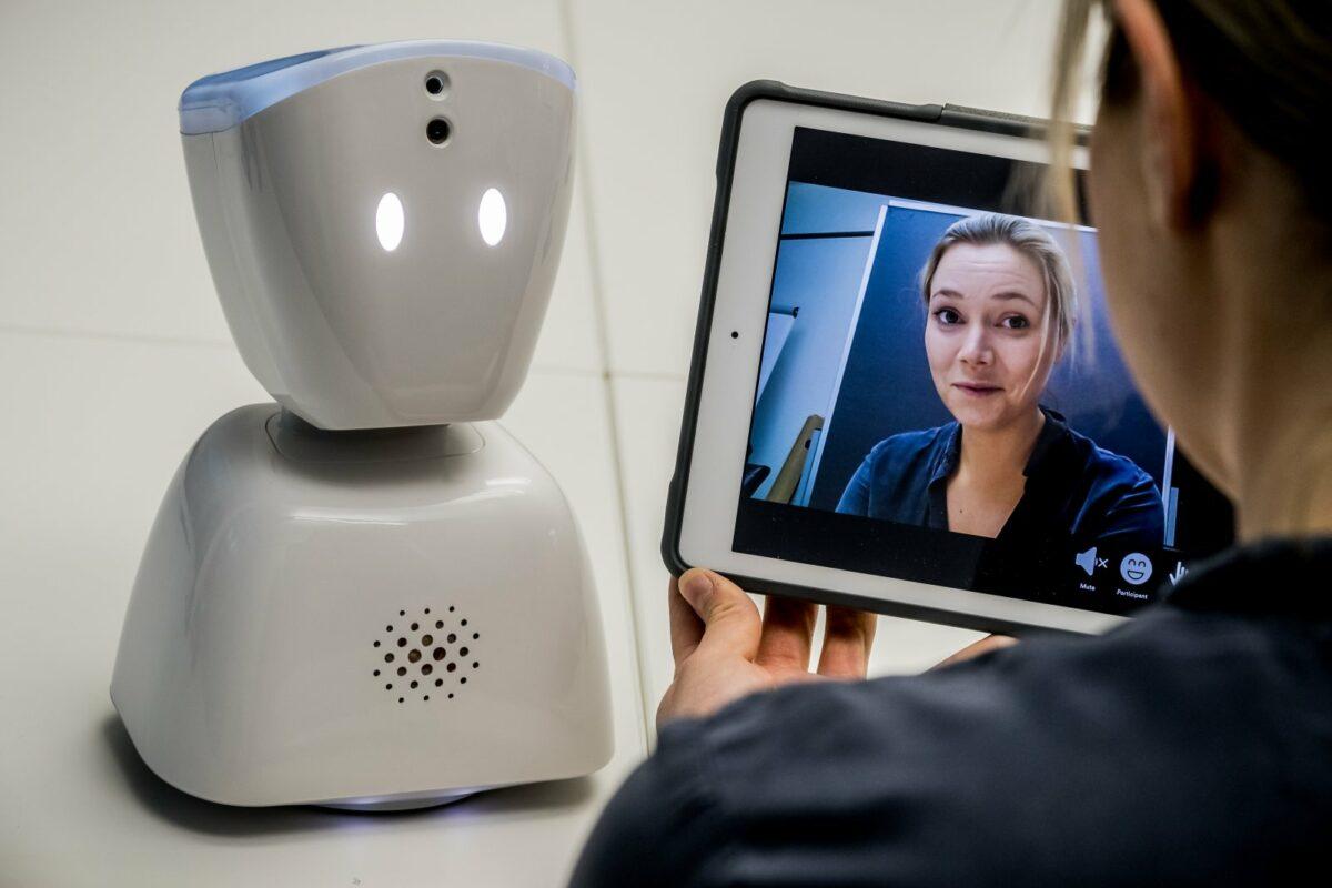 Entwicklerin Karen Dolva zeigt ihren Roboter-Avatar AV1
