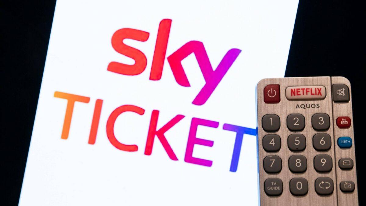 Sky Ticket Logo mit Fernbedienung daneben