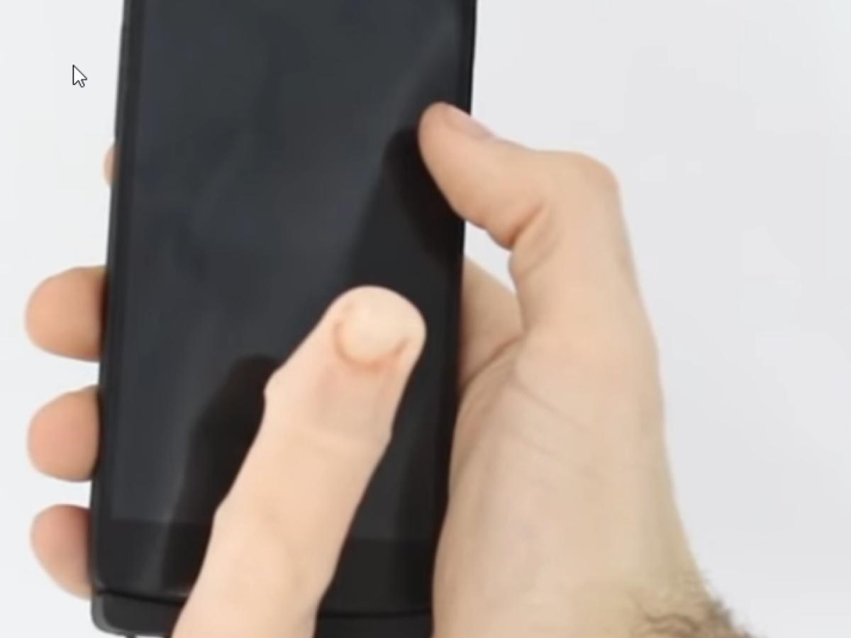 Ein robotischer Finger an einem Smartphone.