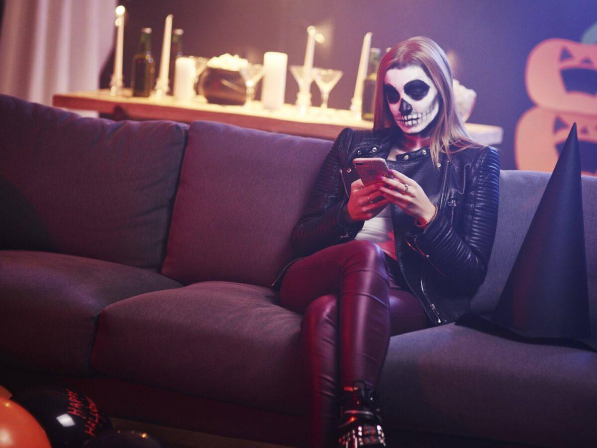 Smartphone bei einer Halloween-Party