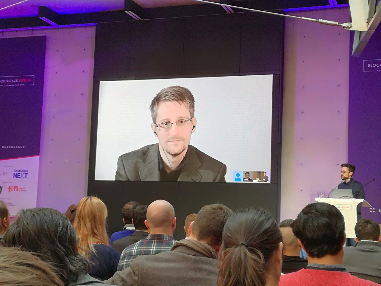 Peter Van Valkenburgh (rechts) interviewt Edward Snowden (links) via Video-Call.