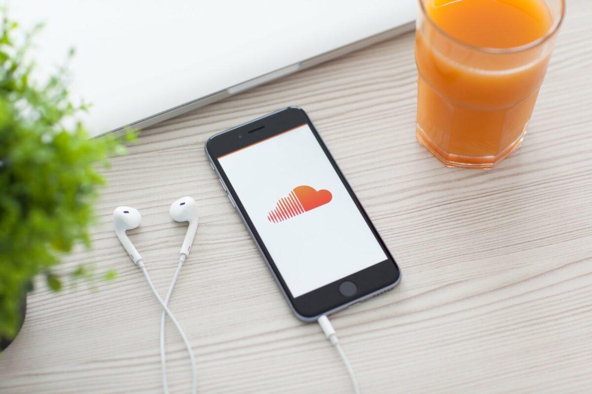 Handy mit SoundCloud-Logo.