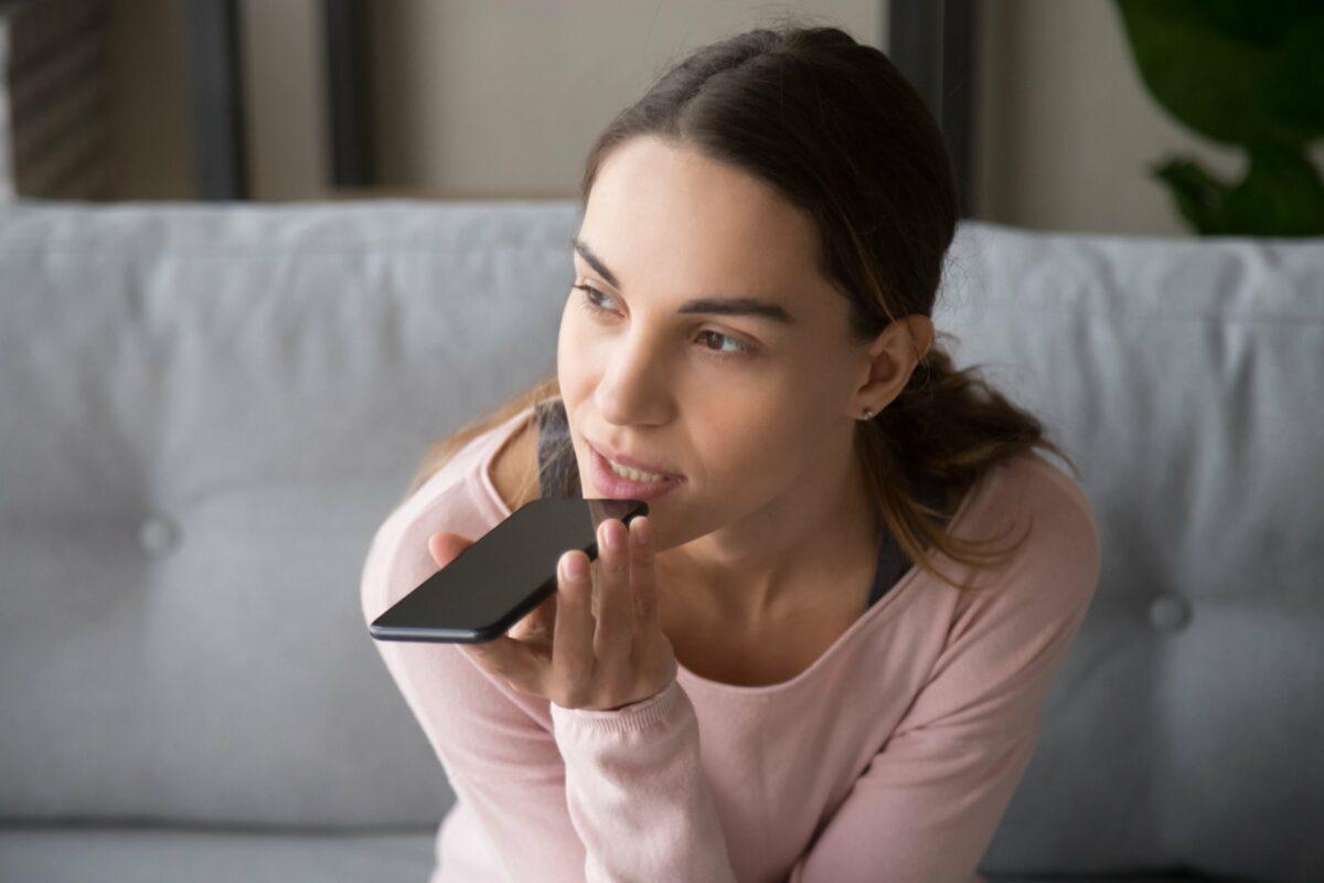Frau spricht in ein Smartphone