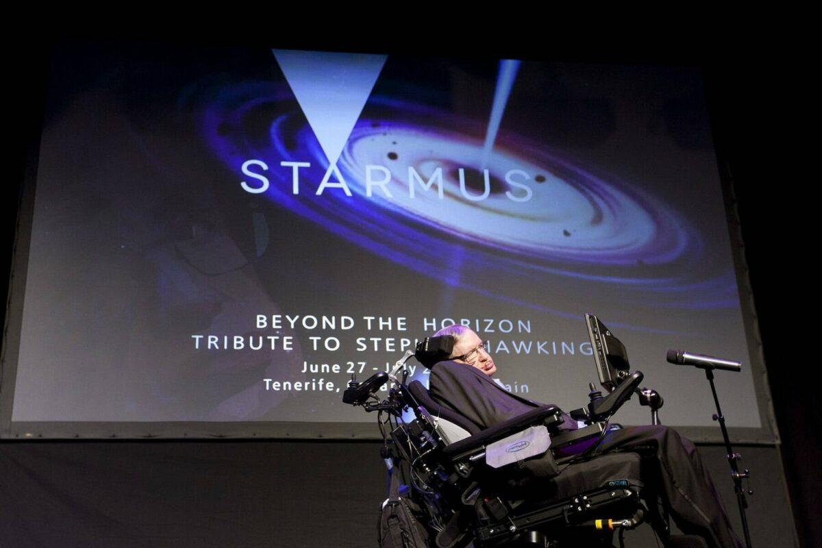 Stephen Hawking bei einer Präsentation.