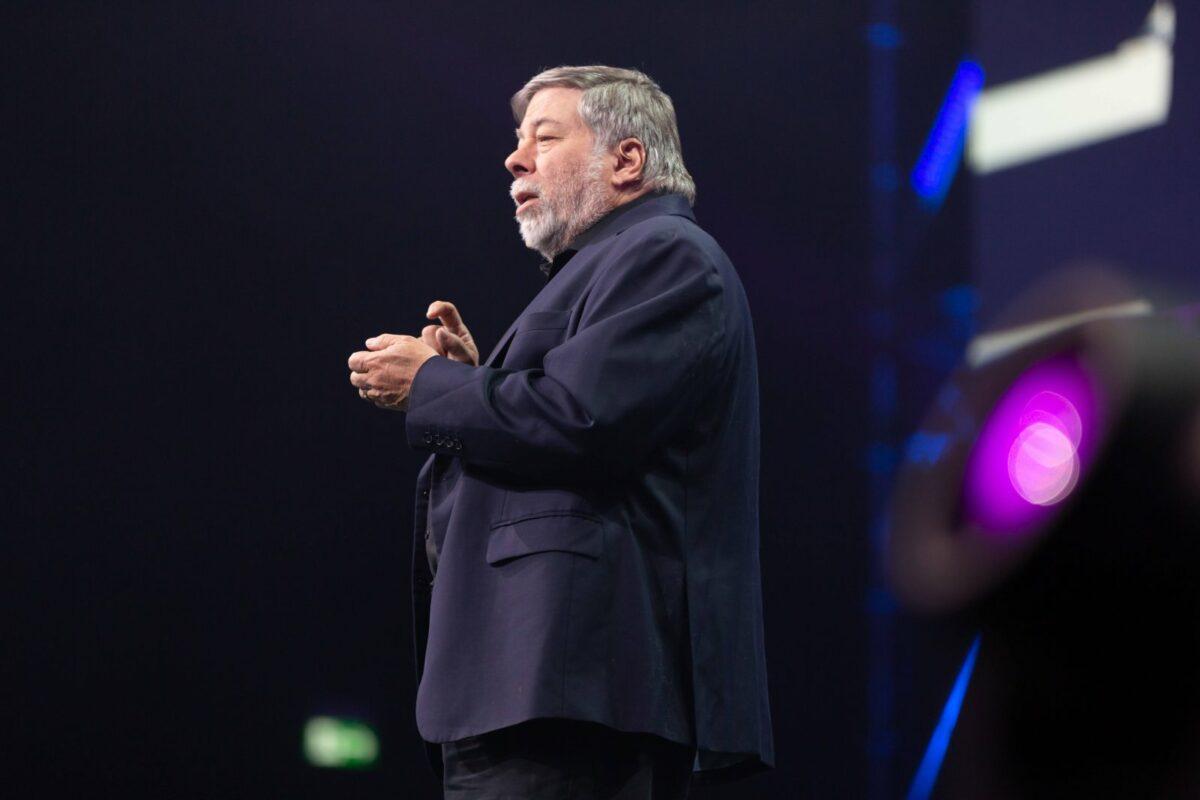 Steve Wozniak bei einer Rede auf einer Bühne.