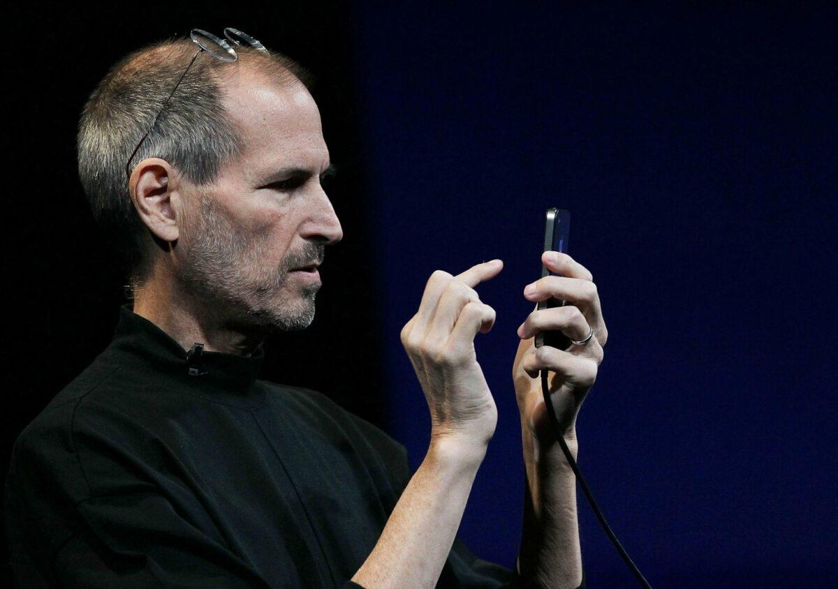 Steve jobs tippt am iPhone