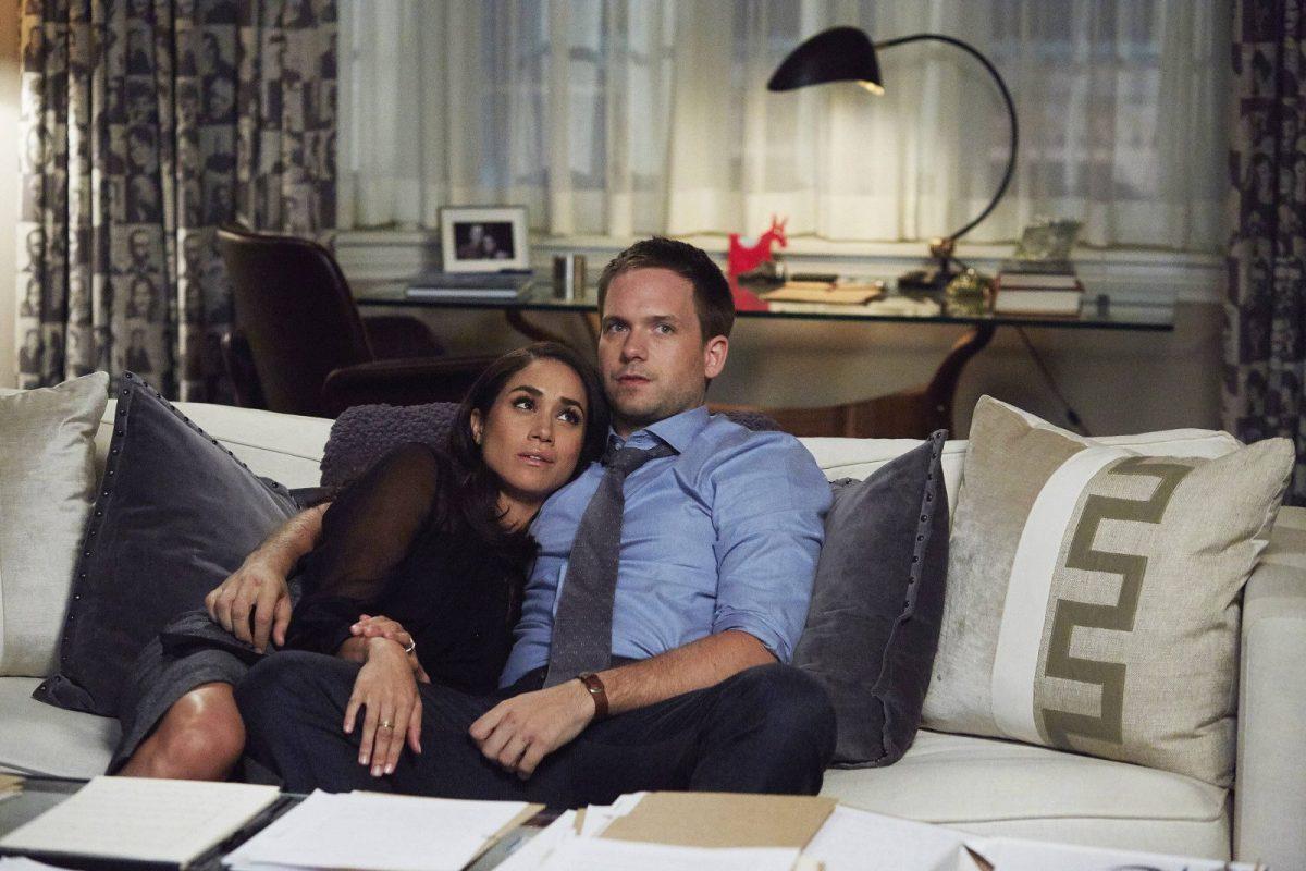 Suits: Schauspieler sitzen auf der Couch