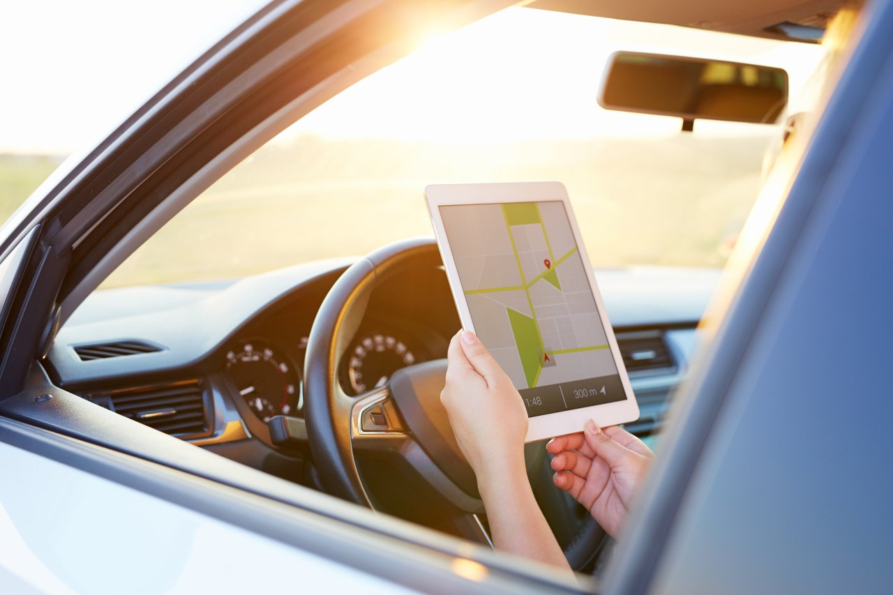 Mit deinem Tablet im Auto kannst du nicht nur Navigations-Apps, sondern auch andere Anwendungen nutzen.