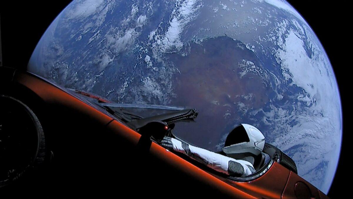 """Teslas Roadster mit dem sogenannten """"Spaceman"""" im All"""