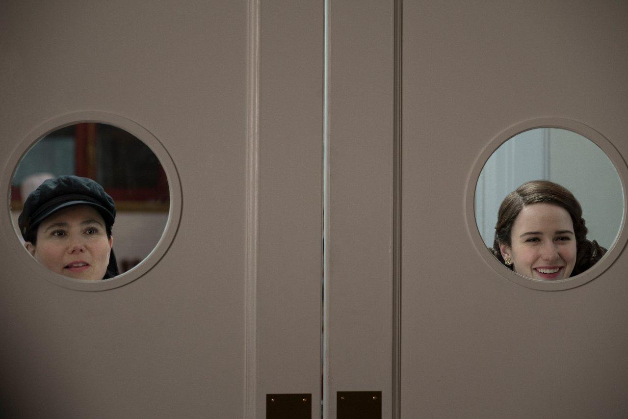 """Das perfekte Duo: Midge und Susie sind in """"The Marvelous Mrs. Maisel"""" Staffel 3 wieder dabei."""