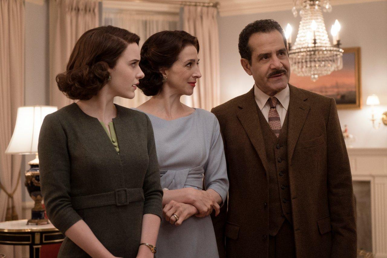 """Kommt es in """"The Marvelous Mrs. Maisel"""" Staffel 3 weiterhin zu Spannungen zwischen Midge und ihrer Familie? Diese Details verriet Tony Shalhoub vor den Emmys (rechts)."""