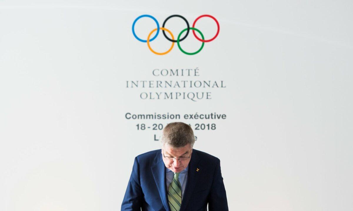 IOC-Logo und Thomas Bach