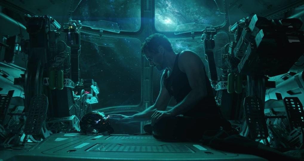 """Die Nachricht an Pepper nimmt Tony mit seinem Helm auf – ein kleiner Callback zu """"Iron Man 3""""."""