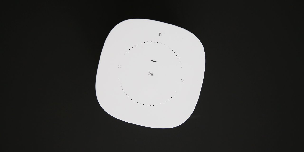 Die Oberseite des Sonos One ist von einem Touch-Feld geprägt.