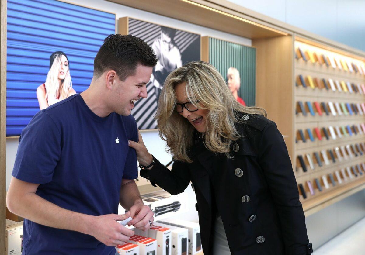 Ein Mann und eine Frau lachen gemeinsam im Apple Store.