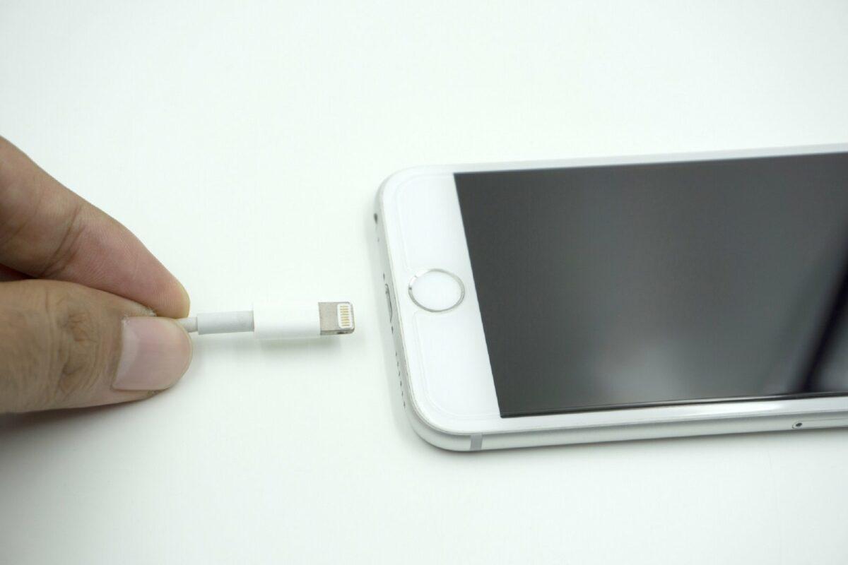 Ladekabel wird an ein iPhone angeschlossen