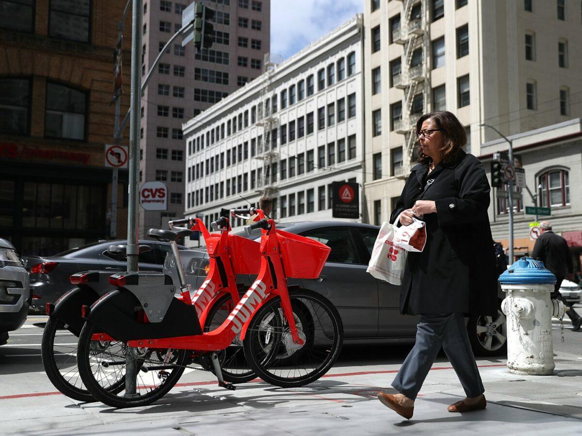 Jump-Fahrräder an der Straße