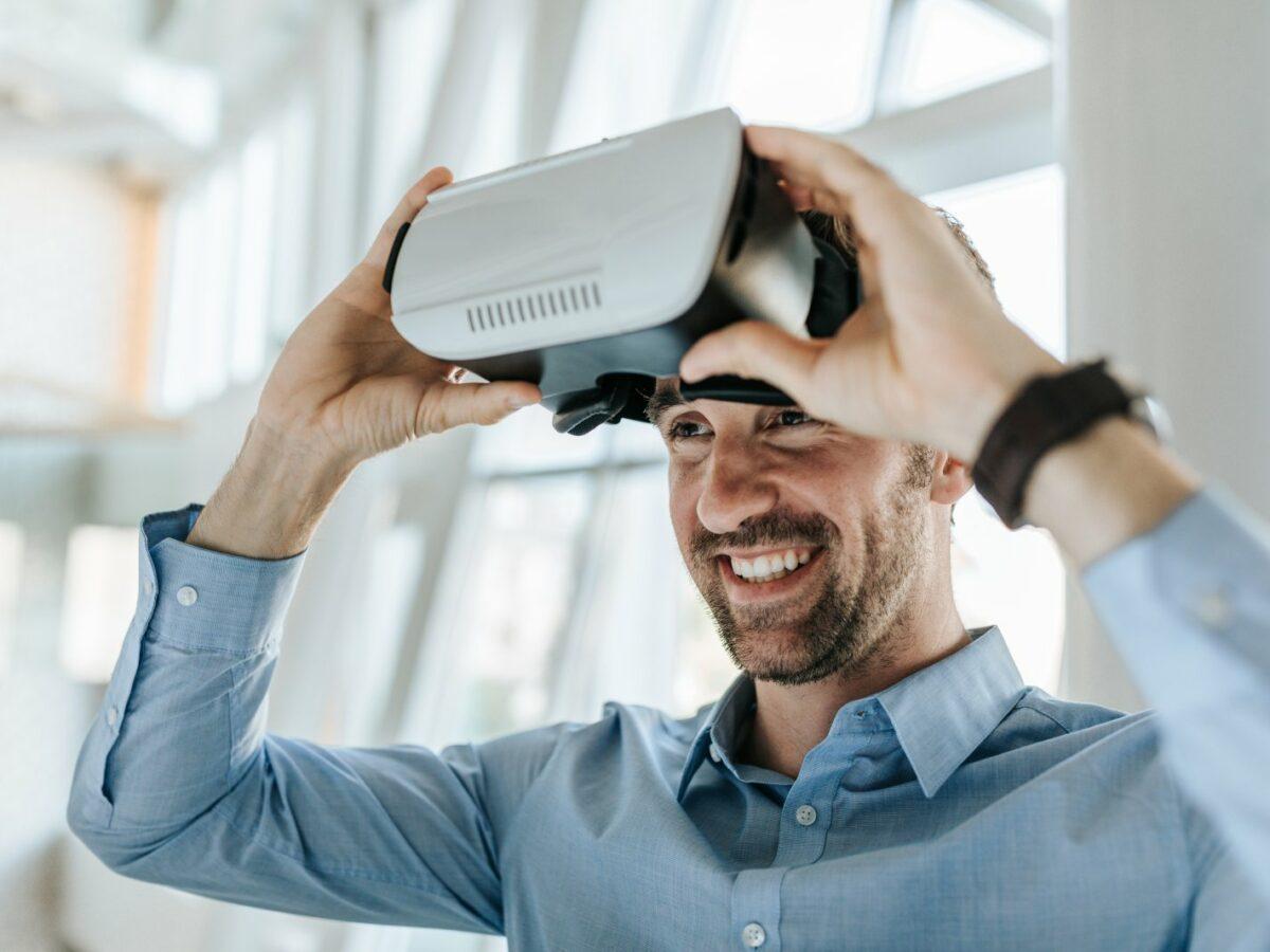 Mann mit Virtual Reality Brille.