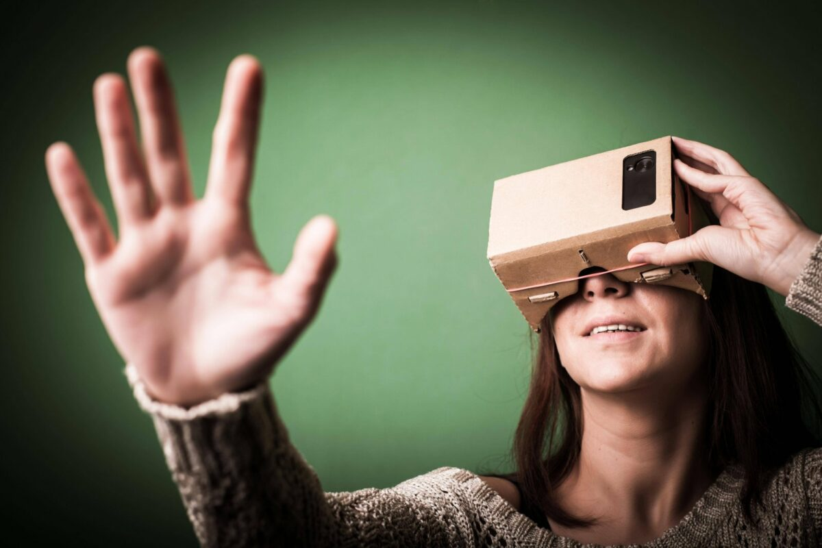 Frau mit Karton-VR-Brille