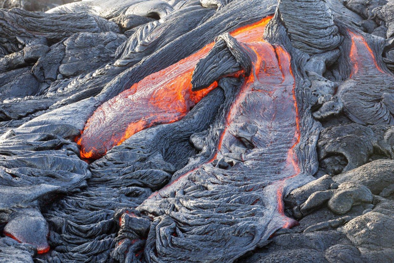 Heiße Lava strömt aus dem Krater des Vulkans nach einem Ausbruch.