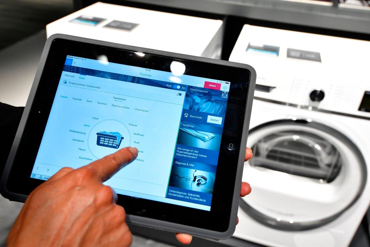 Mit dem Tablet die Waschmaschine im Haus steuern, auch das gehört zu Smart Home-Systemen.