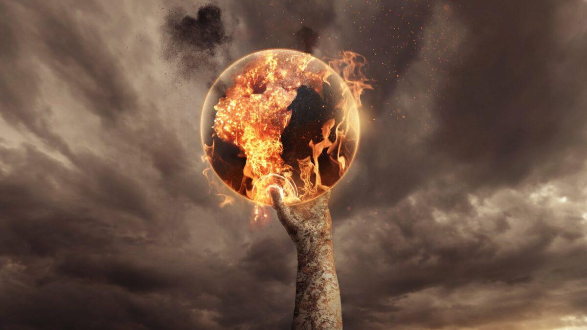 Erde in Flammen von einer Hand gehalten.