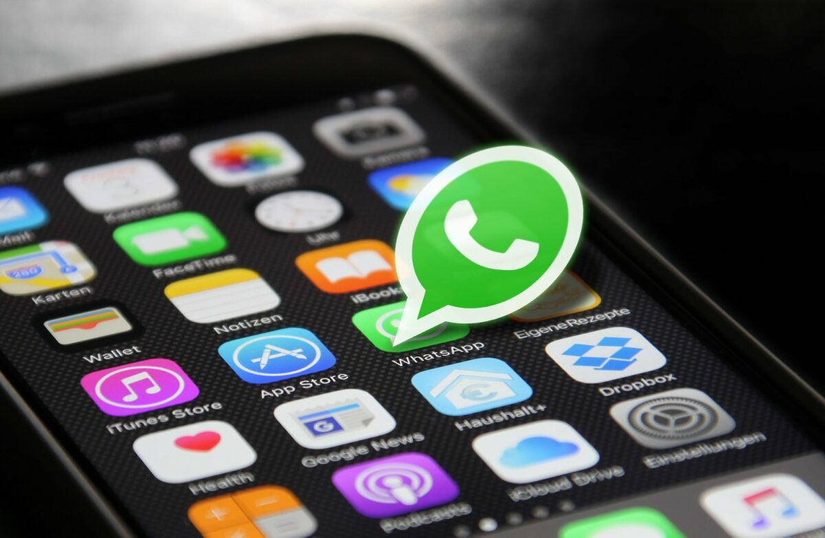 WhatsApp-Logo auf Smartphone-Bildschirm