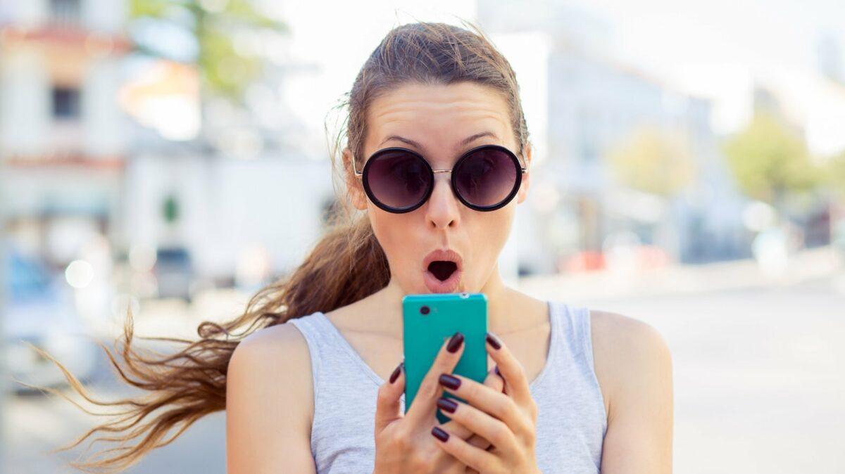 Frau schockiert am Handy