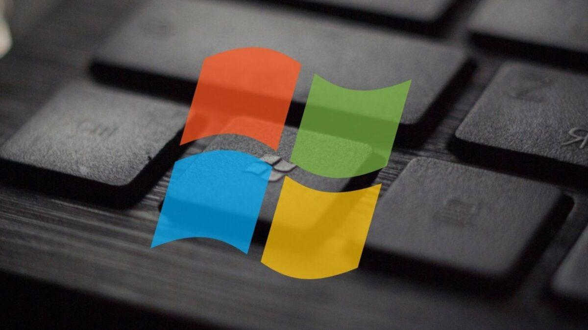 Ein Ausschnitt einer Tastatur. Davor ein buntes Windows-Logo.