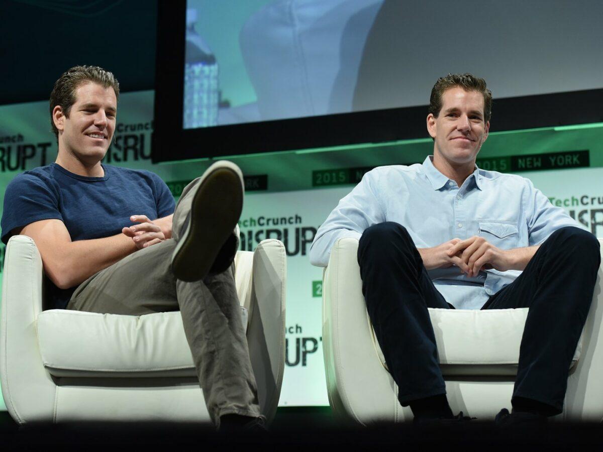Die Brüder Tyler und Cameron Winklevoss auf der Bühne bei einer Veranstaltung.