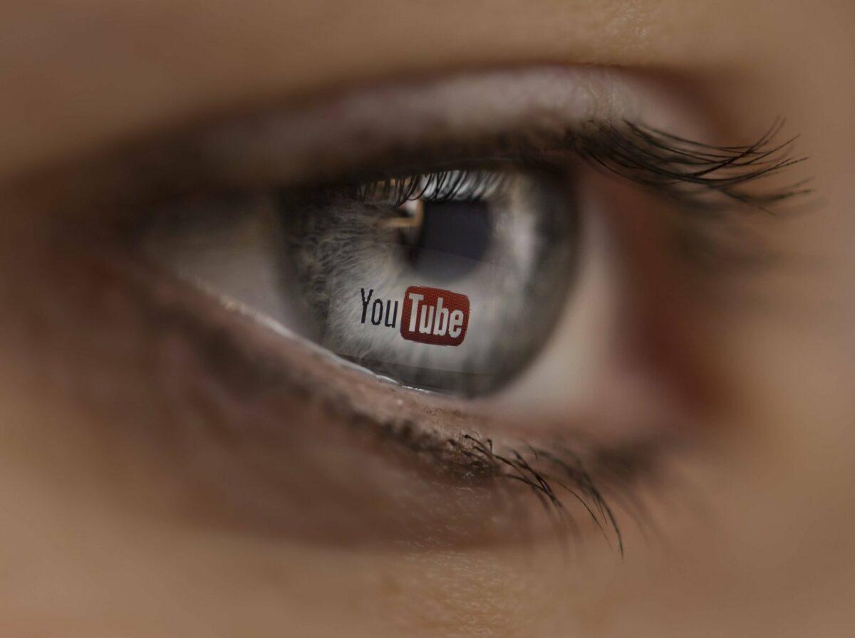 YouTube-Logo im Auge einer Frau