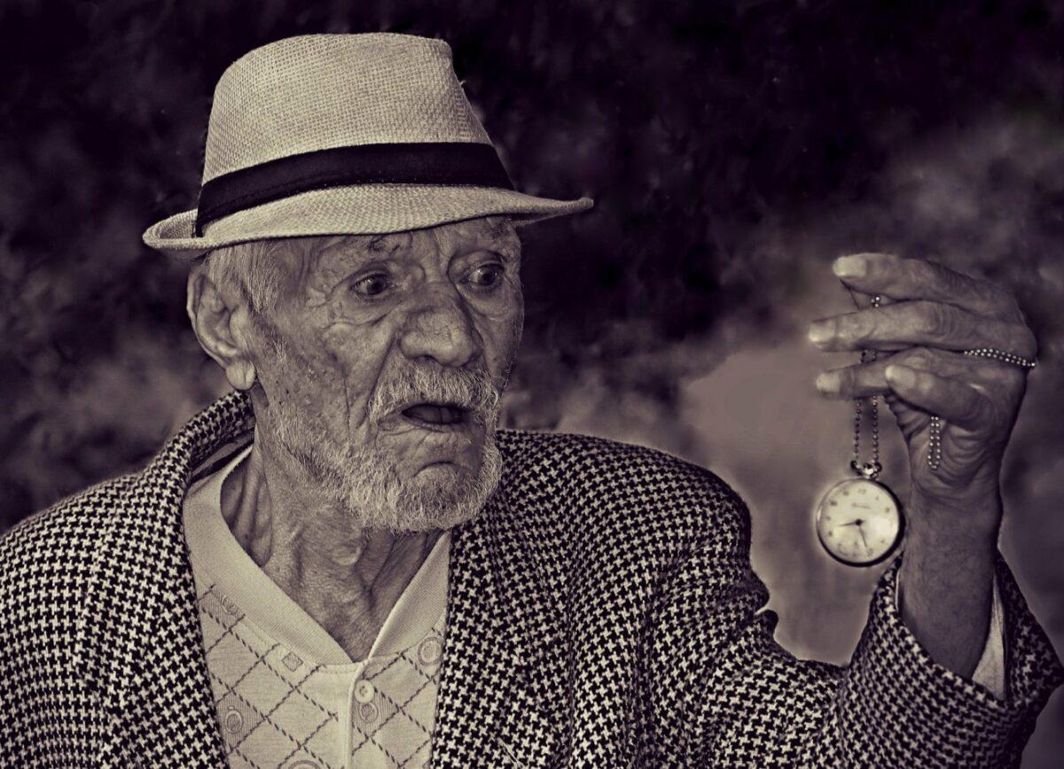 Alter Mann mit einer Taschenuhr