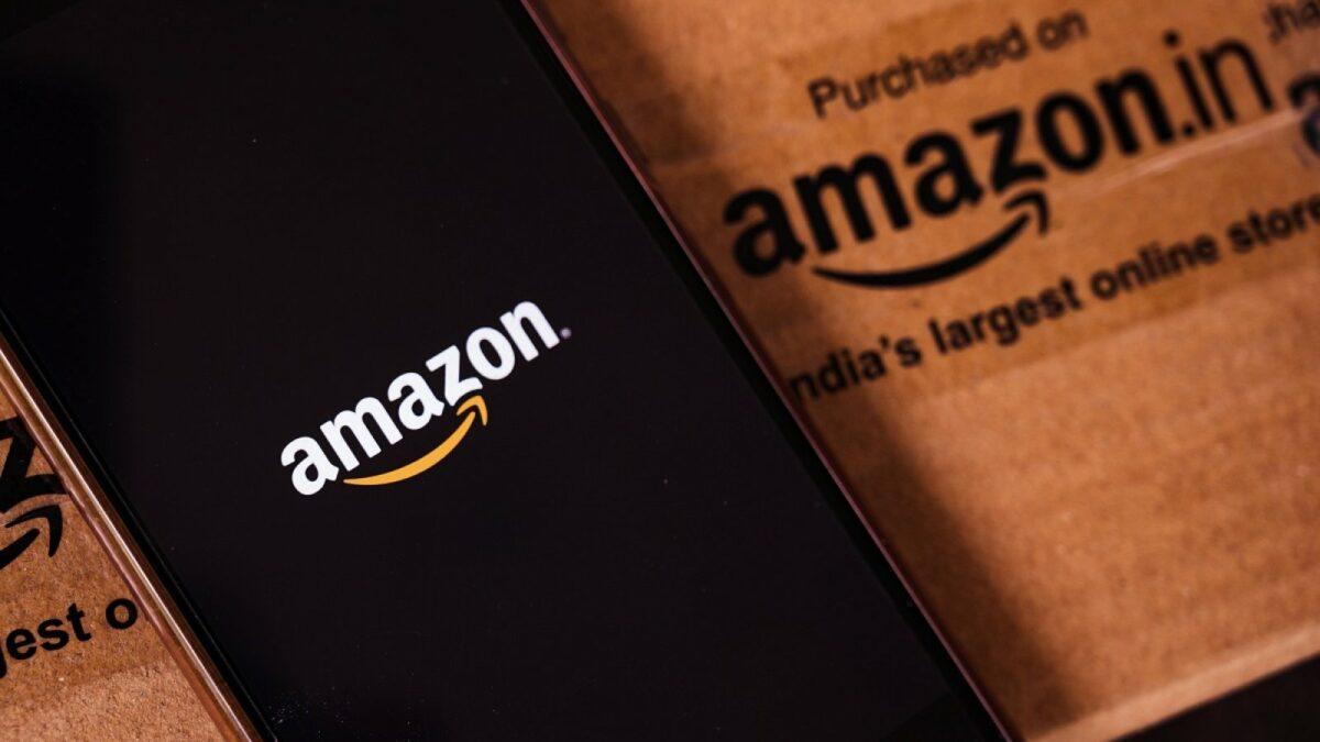 Amazon-Logo auf einem Handy.