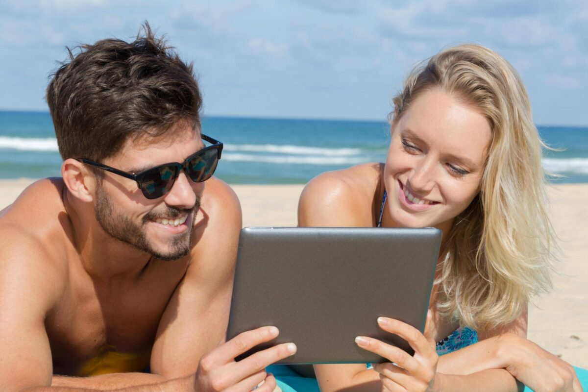 paar mit tablet am strand