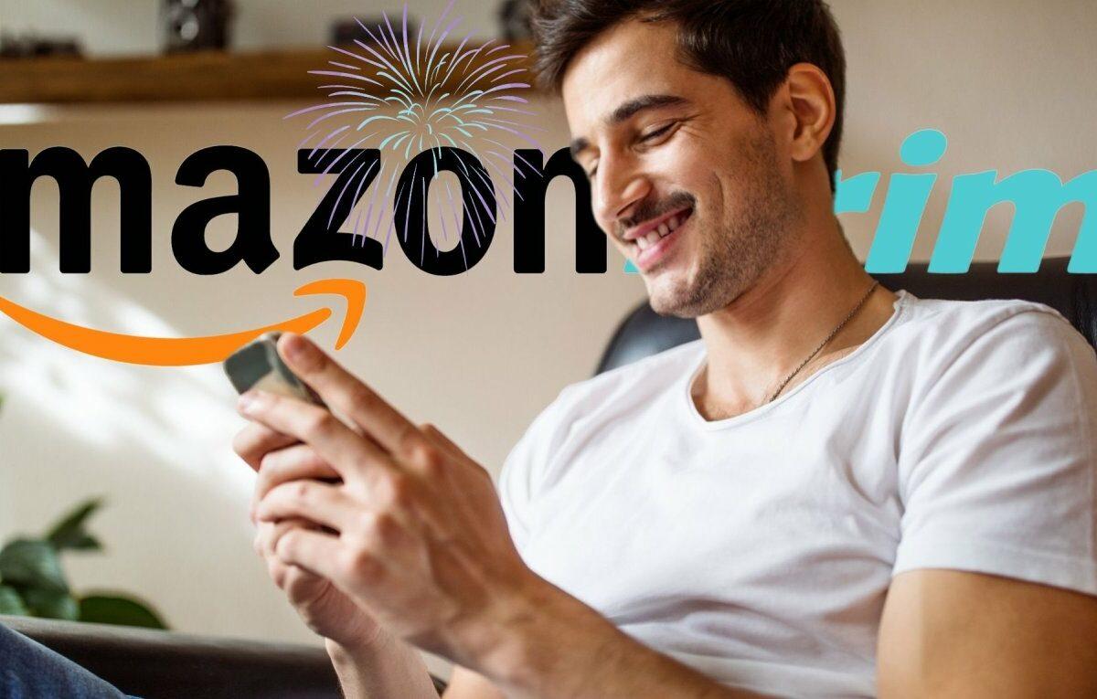 Mann lächelt und hält Handy in der Hand