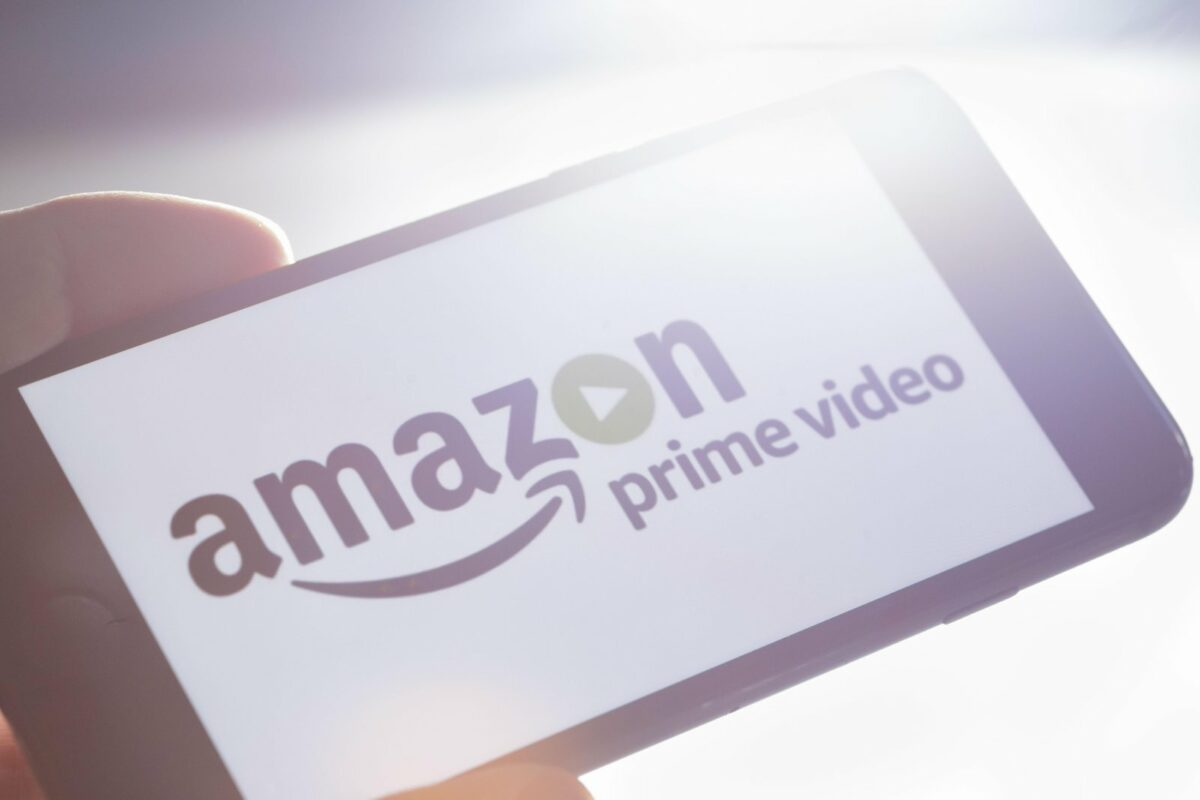 Amazon Prime Video Logo auf einem Smartphone.