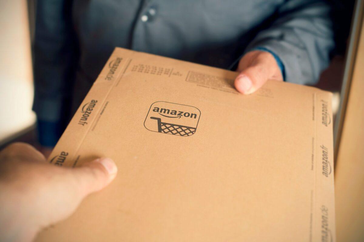 Ein Paket wird an der Haustür übergeben.