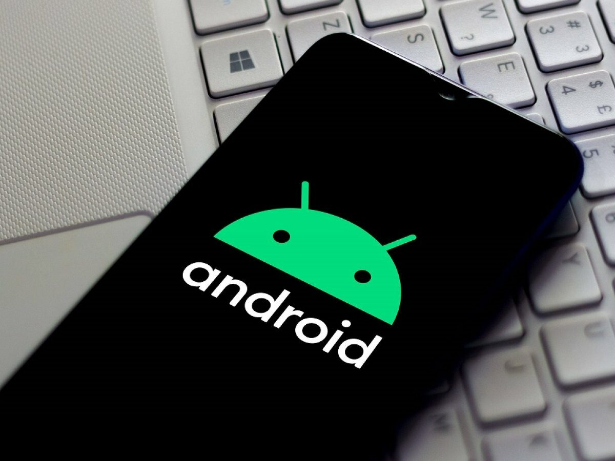 Hand mit Android-Logo.
