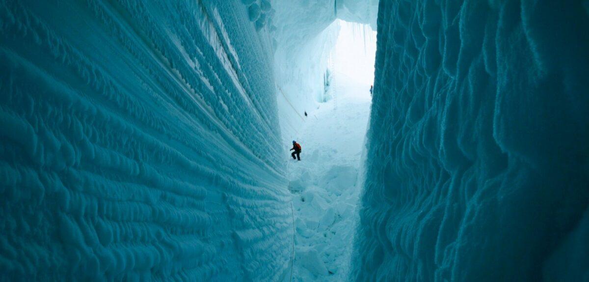 Person in einer Gletscherspalte