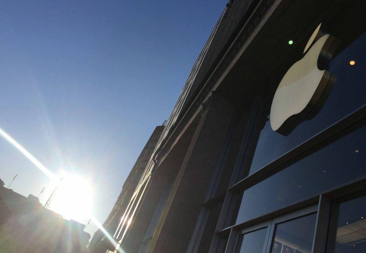 Logo am Apple-Store und Sonne im Hintergrund