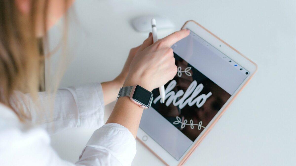 Frau benutzt Apple Pencil auf iPad