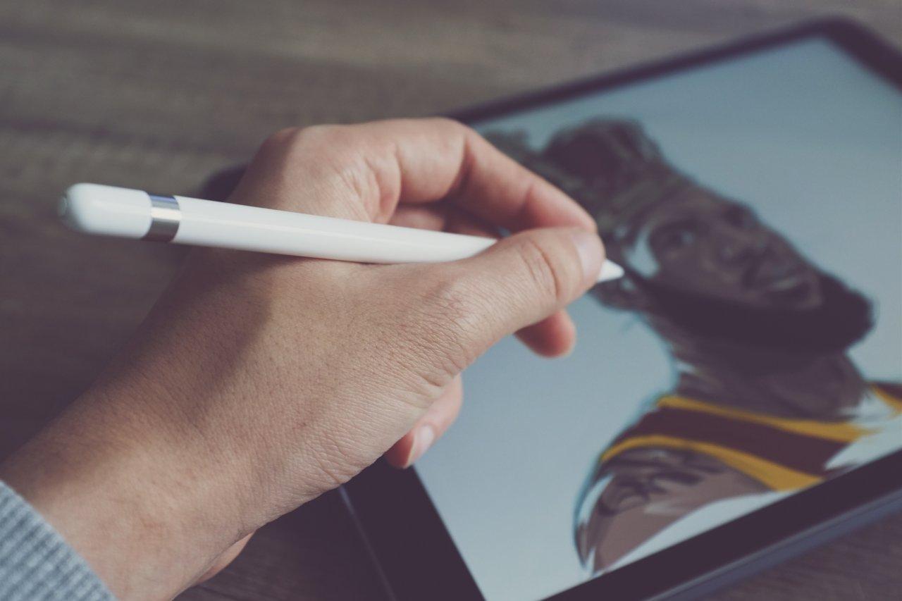 Lade deinen Apple Pencil rechtzeitig auf, damit du weiter kreativ damit arbeiten kannst.