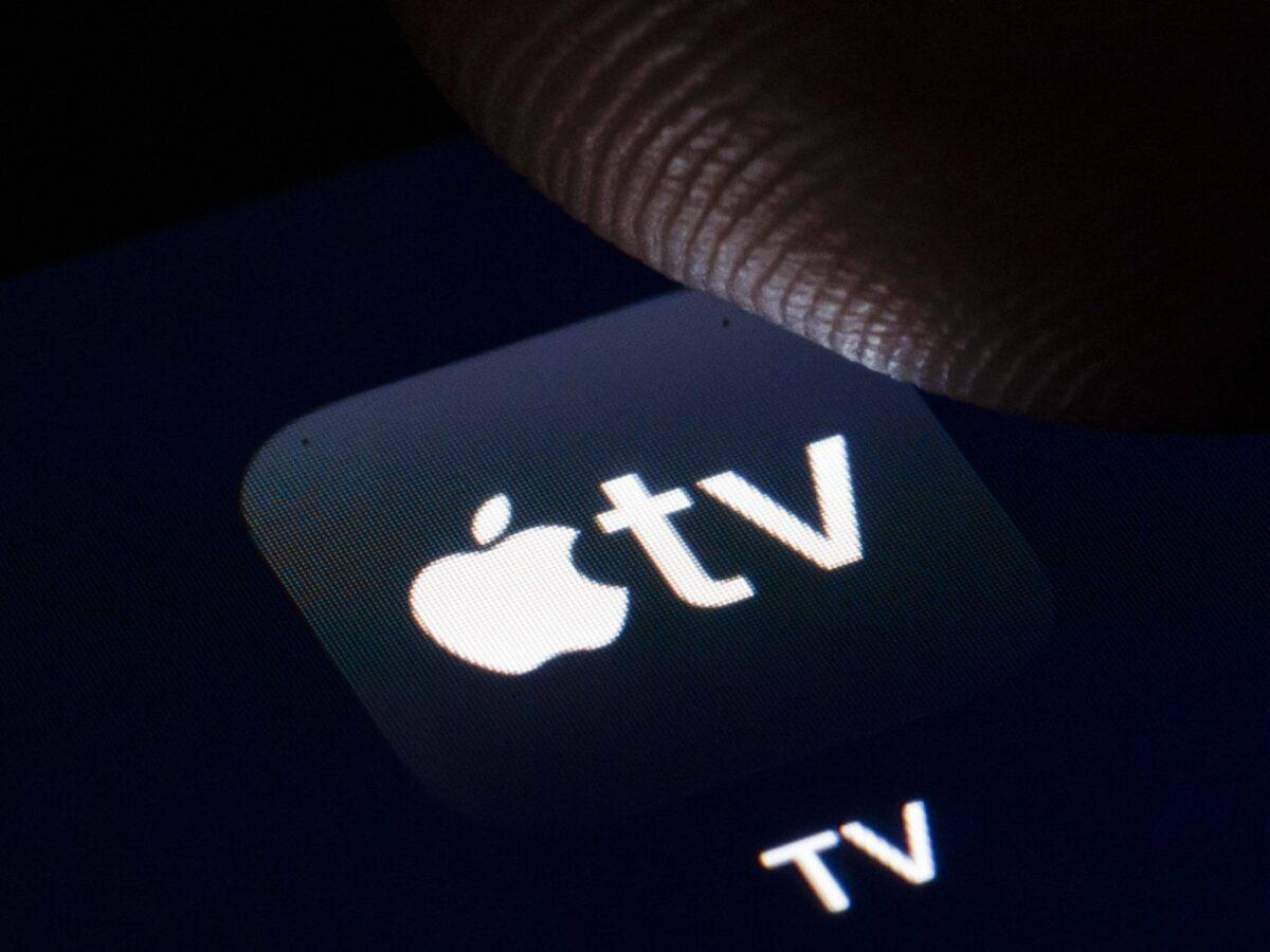 Finger über Apple TV+ Logo